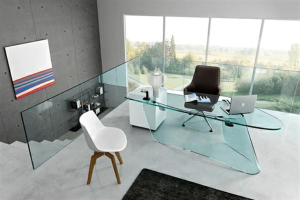 moderner-computertisch-aus-glas- daneben sind zwei stühle in kontrastierenden farben