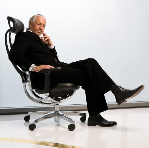 moderner-stressless bürostuhl-darauf sitzender mann