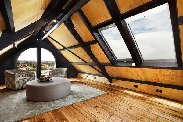 modernes-dachgeschoss-mit-holzboden-schwarz-braun