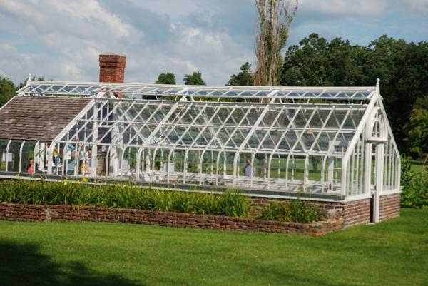 modernes-glashaus-cooles-design- pflegen für pflanzen