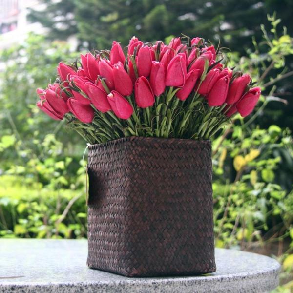 modernes-modell-von-rattan-vasen- rosige tulpen