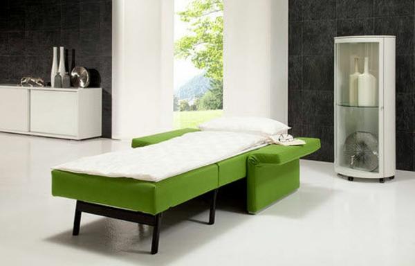 modernes-schlafsessel-design-in-grün-weiße vorhänge dahinter