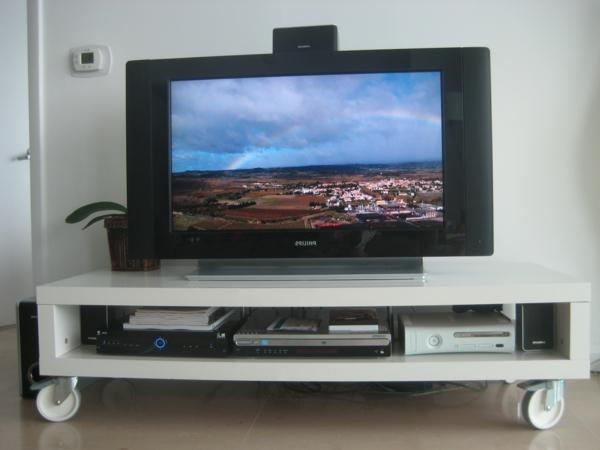 modernes-wohnzimmer-tv-tisch-auf-rollen- weißer tisch und schwarzer tv