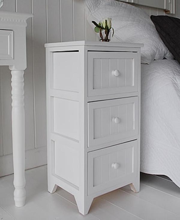 nachttisch-schrank-in-weiß-mit-vielen-schubladen- schlafzimmer in weiß