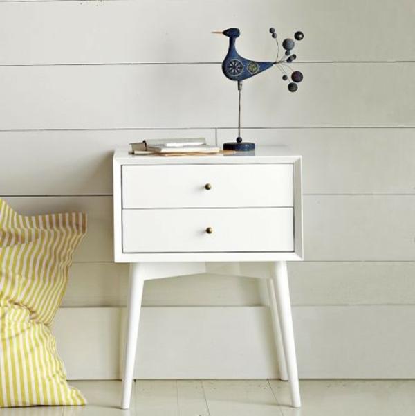 nachttisch-schrank-in-weiß-modern-und-kreativ-gestaltet- interessanter dekoartikel darauf