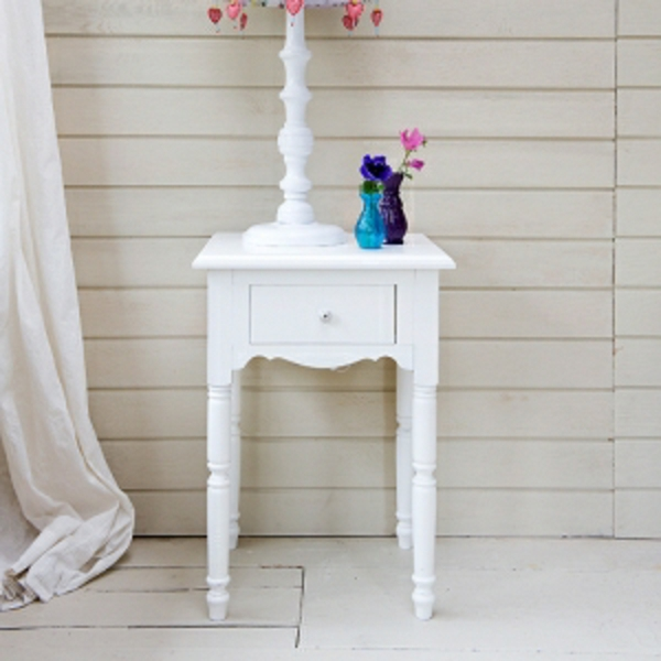 nachttisch-schrank-in-weiß-modern-und-schön-weiße gardinen daneben