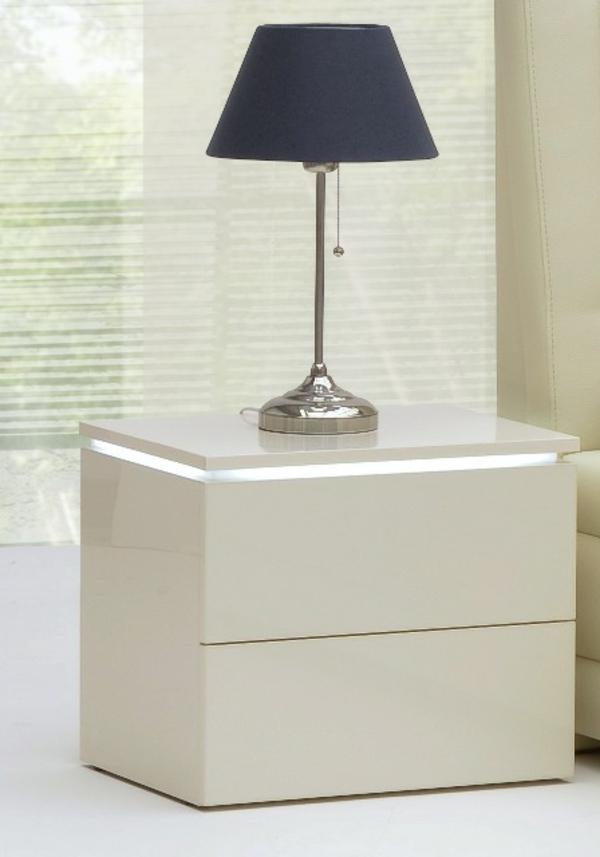 nachttisch-schrank-in-weiß-schearze-lampe-darauf- schwarze lampe darauf