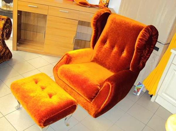 orange-ohrensessel-mit-hocker- foto von oben genommen