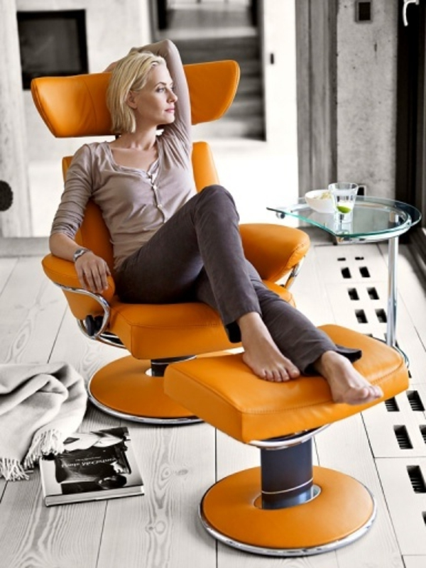 orange-stressless- bürostuhl-eine schöne blonde frau darauf