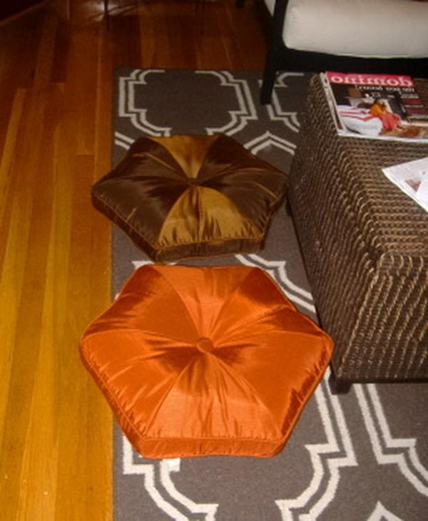 orientalische-dekoration-mit-sitzkissen-auf einem schönen teppich
