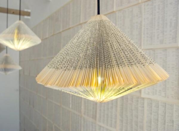 origami-lampenschirm-ein- hängendes-buch-oder-die-tageszeitung