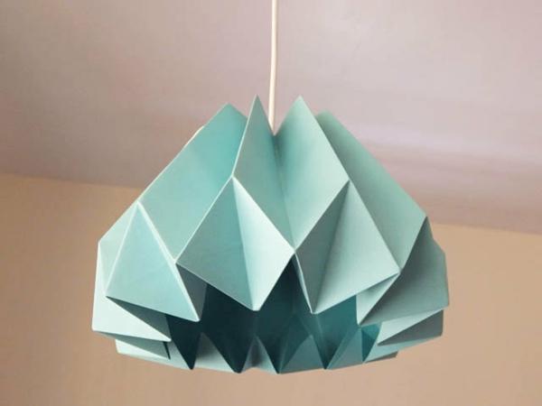 origami-lampenschirm-grün-hängt-im-wohnzimmer