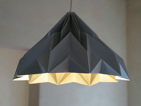 origami-lampenschirm-grau-auf-dem-tisch-mit grüner-innenseite