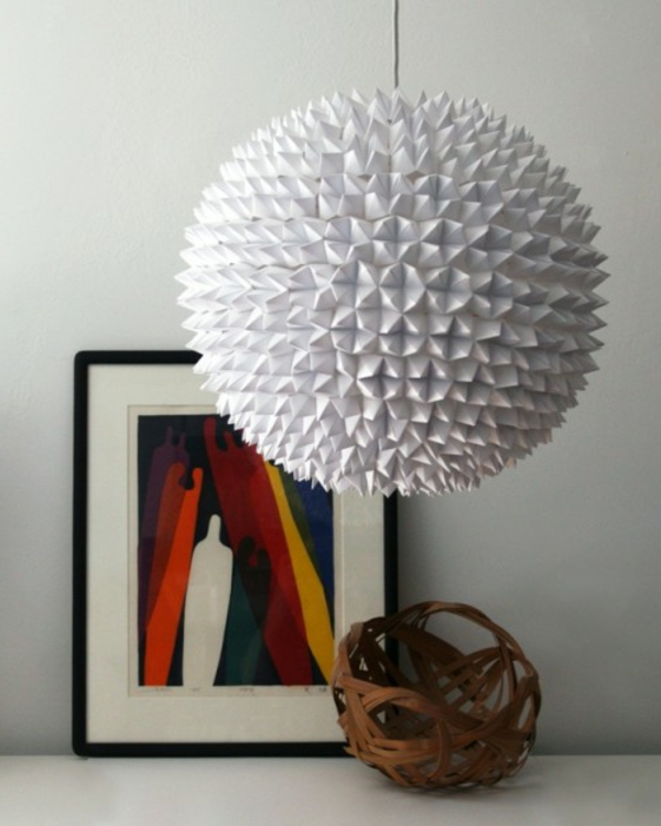 origami-lampenschirm-weiss-mit-dem-bild-und-die-weisse-wand
