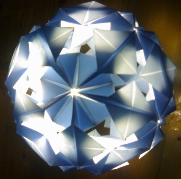 origami-lampenschirm-weiss-und-blau-als-snowfall