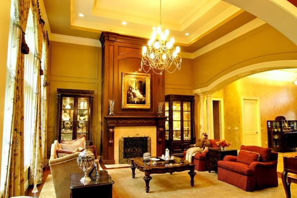 originelle-beleuchtungsideen-für-wohnzimmer-dicke gardinen und schöner kronleuchter
