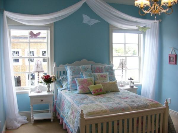 originelle-gardinen-dekorationsvorschläge für ein kleines schfalzimmer -weiße gardinen