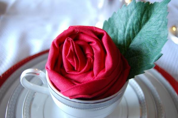 originelle-idee-servietten-falten-rose-gesteckt in einer tasse