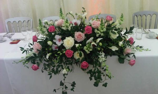 originelle-tischdekoration-hоchzeit-blumendeko-mit-rosen