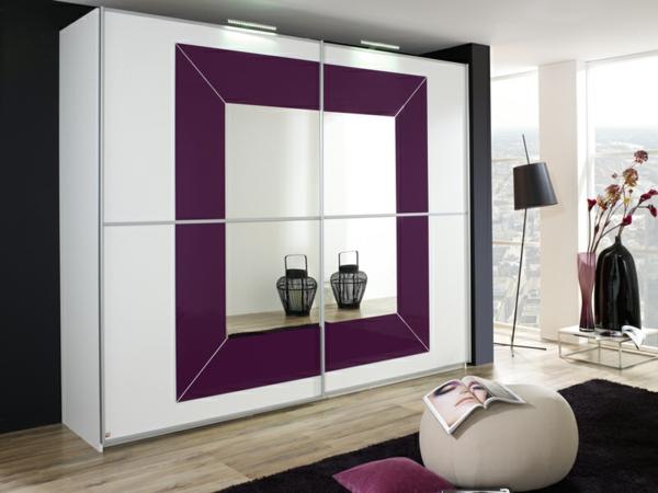 origineller-Kleiderschrank-in-lila-und-weiß-mit-spiegel
