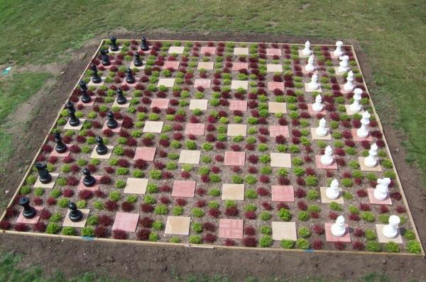 outdoor-schach-bunter-garten