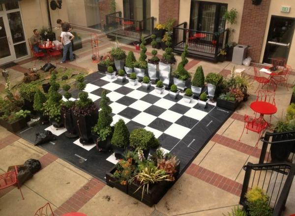 outdoor-schach-im-hof