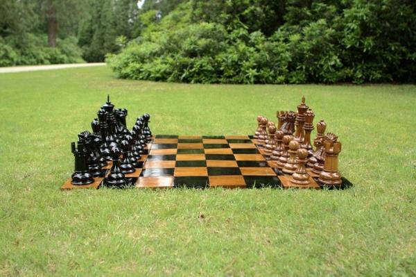 outdoor-schach-matte-holzfiguren
