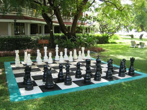 outdoor-schach-matte-mit-figuren
