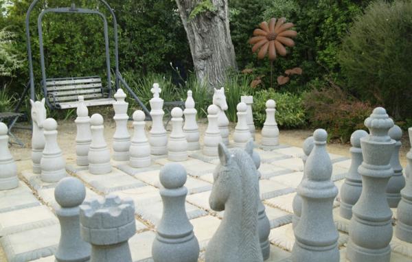 outdoor-schach-stein-figuren