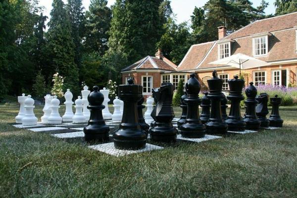outdoor-schach-vor-dem-haus