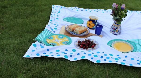 picknick-decke-in-zärtlichen-farben- lecker essen darauf