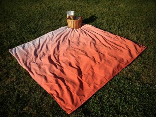 picknick-decke-mit-interessanter-farbe- foto von oben genommen