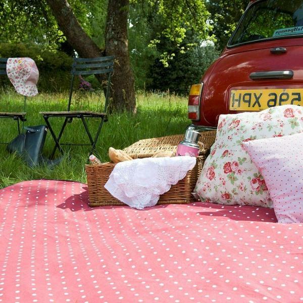 picknickdecke-sehr-schönes-modell- rosig und auf weiße punkte