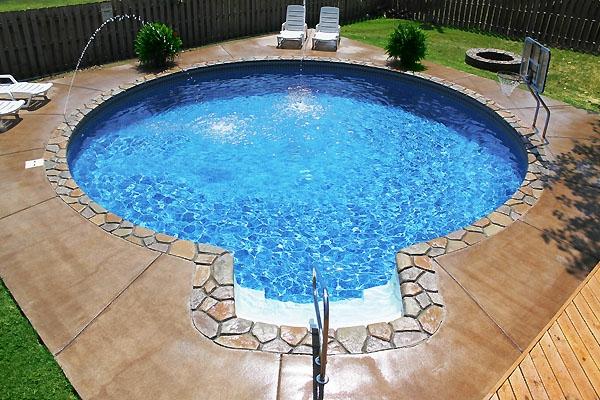 pool-spa-sehr-schöne-form- daneben sind liegestühle