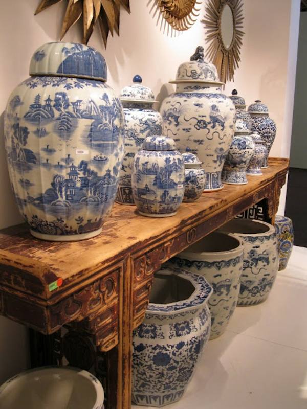 porzellan-in-blau-und-weiß-Collection of blue white Chinese porcelain Ginger Jars Asian Console