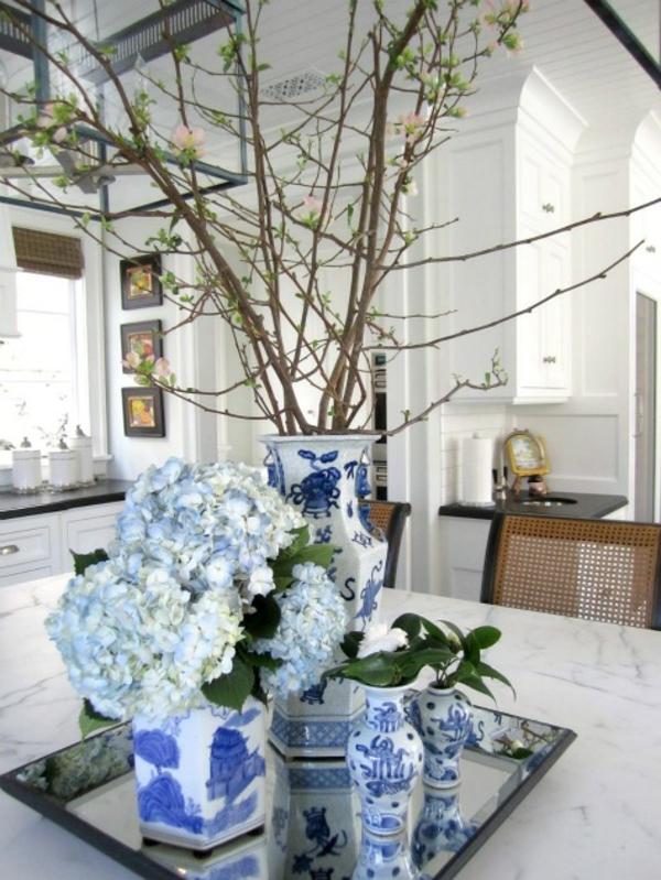 porzellan-in-blau-und-weiß-dekoration-in-der-wohnung
