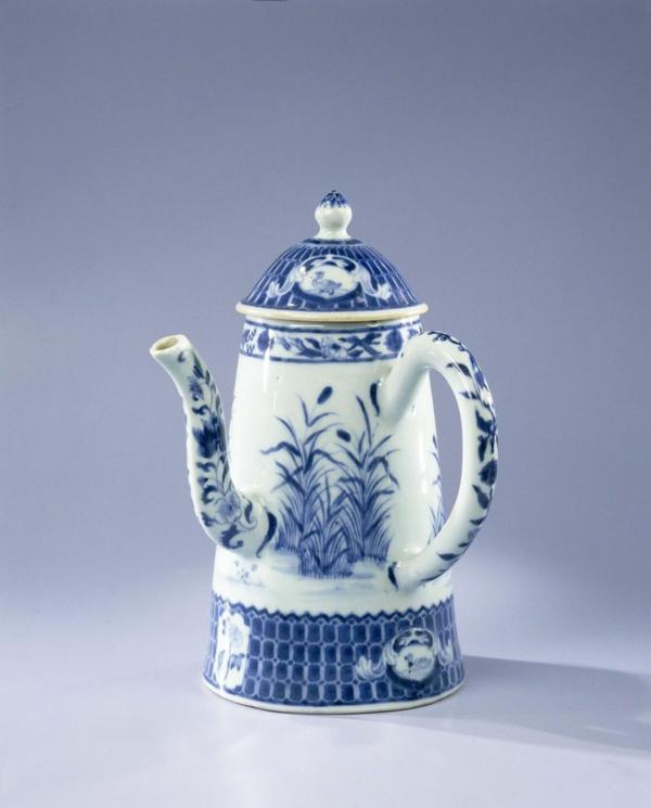 klassisches porzellan in blau und wei als dekoration zu hause. Black Bedroom Furniture Sets. Home Design Ideas