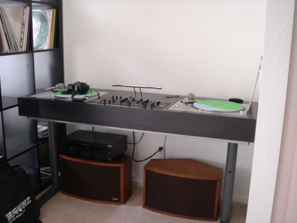 moderne dj tische 30 super beispiele. Black Bedroom Furniture Sets. Home Design Ideas