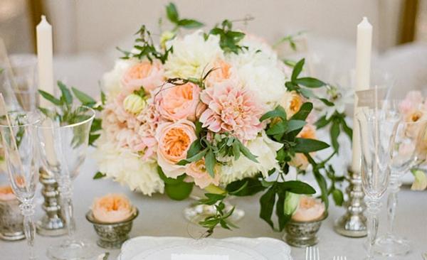 romantische-Tischgestecke-für-Hochzeit-blumendeko-originell