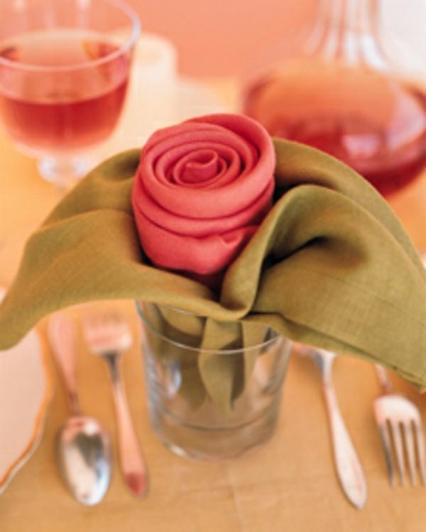 rosen-aus-servietten-falten-in ein Glas stecken