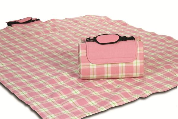 rosige-picknick-decke und eine tasche darauf