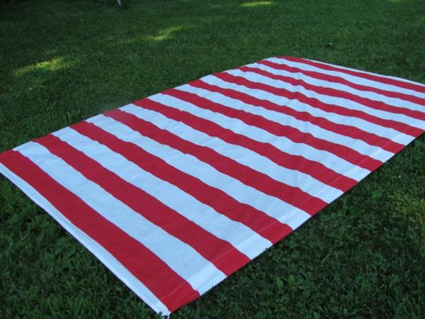 rote-und-weiße-streifen-auf-einer-picknick-decke- sehr schön aussehen