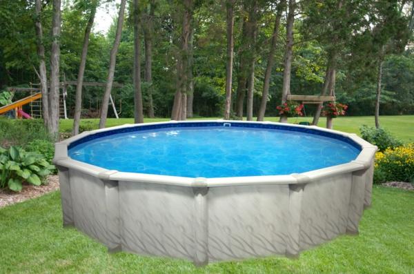 runder -pool-auf-dem-gras- rein in der natur