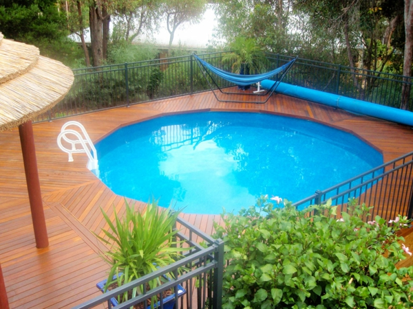 runder -pool-foto-von-oben-genommen- daneben ist eine schaukel in blau