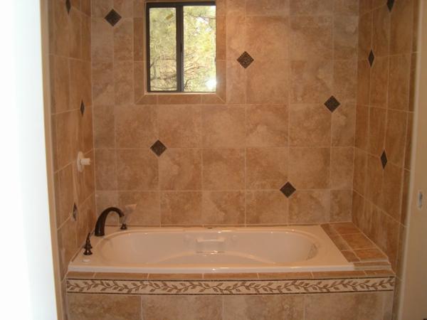 schön-wirkende-badewanne-einfliesen-ein kleines fenster im bad