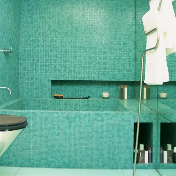 schöne-badezimmer-gestaltung-badewanne-einfliesen-daneben sind tücher in weiß