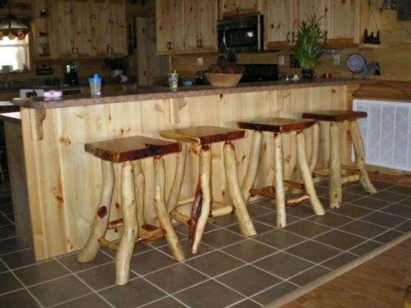 schöne-barstühle-im-landhausstil- neben dem bar in der küche