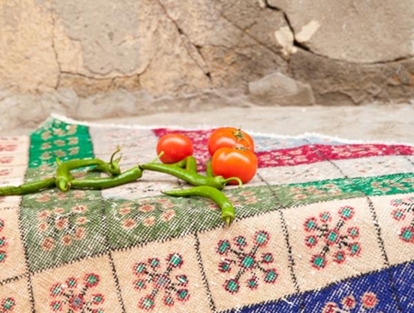 schöne-bunte-vintage-teppiche-tomaten auf dem teppich