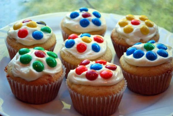 schöne-cupcakes-mit-bonbons-dekorieren