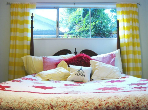 schöne-fenstergestaltung-im-schlafzimmer-dekokissen am bett